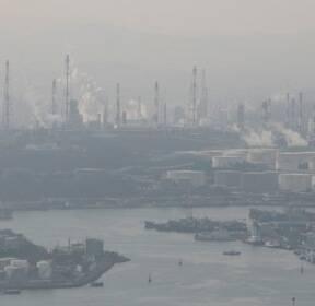 [슬라이드 포토] 미세먼지에 덮인 울산 석유화학공단