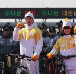 [슬라이드 포토] '한반도 평화 기원' 민통선 구간 성화 봉송