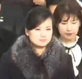 현송월, 취재진엔 굳은 표정..시민들에게 미소