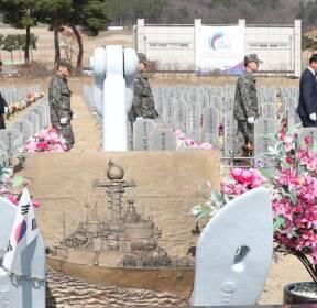 천안함 묘역 참배하는 군인들
