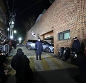 '구속갈림길' MB 자택 앞 취재진 몰려..지지자는 없어