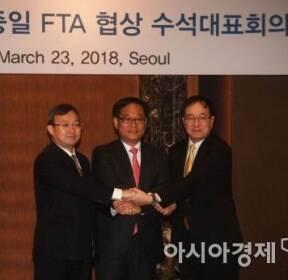 [포토]손 잡은 한중일 FTA 협상 수석대표
