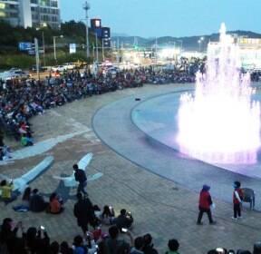 [슬라이드 포토] '여름 성큼'..시원한 야간 분수 쇼