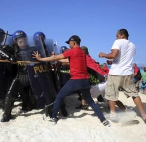 [서소문사진관]필리핀 보라카이 섬, 폐쇄 하루 전 삼엄한 봉쇄 훈련