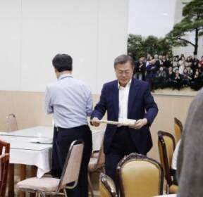[서울포토] 청와대 구내식당서 점심식사 마친 문 대통령