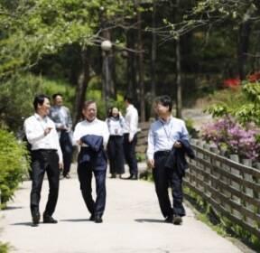 [서울포토] 점심식사후 산책하는 문 대통령
