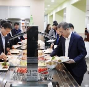 [서울포토] 문 대통령 '오늘 점심은 구내식당에서'