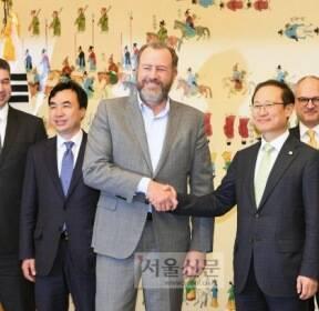 [서울포토] 악수하는 홍영표 위원장과 댄 암만 GM 총괄사장