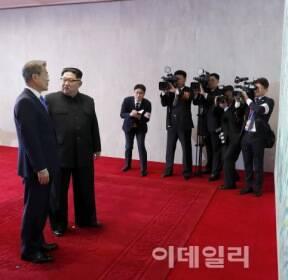 [포토]담소 나누는 문재인-김정은