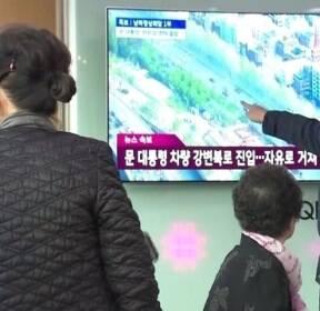 역사적 만남 지켜보던 시민들 '감격'..눈물 글썽이기도