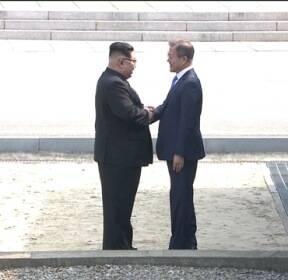 남북 정상의 '역사적 만남'..판문점 군사분계선에서 손 맞잡아