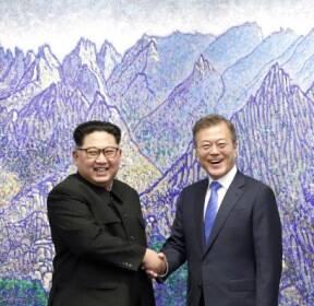 [서울포토] 2018 남북정상회담, 금강산 그림 배경으로 '활짝 웃는 남북정상'