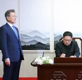 [서울포토] 남북정상회담 방명록 작성하는 김정은 북한 국무위원장
