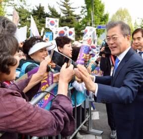 [서울포토] '남북정상회담 성공 기원' 문재인 대통령 응원나온 시민들