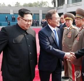 [남북정상회담] 북측 수행원 소개받는 문 대통령