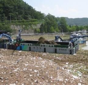 [카메라뉴스] 기록적 '5월 폭우'에 팔당호 부유쓰레기 700t