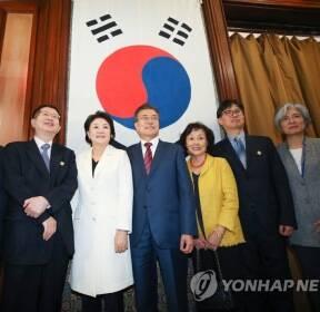 문재인 대통령, 대한제국 공관원 후손들과 사진촬영
