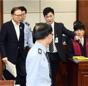 [사진현장] 헌정 사상 형사법정에 선 역대 4번째 대통령 이명박