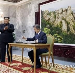 방명록 쓴 문 대통령, 박수치는 김정은 국무위원장
