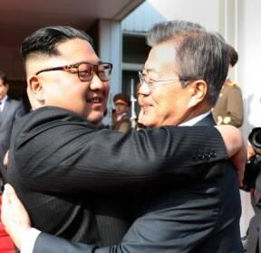 [뉴스를부탁해]남북정상의 진한 인사는 '형제의 포옹'이었다