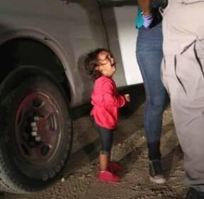 """[서소문사진관] 세상을 슬프게한 두 장면..불법 이민자의 아이들, """"엄마를..아빠를 돌려주세요!"""""""