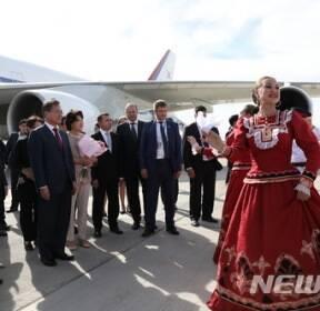 로스토프나도누 공항 도착해 러시아 전통 공연 보는 문 대통령