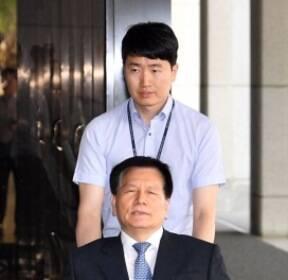 [서울포토] 휠체어 타고 출두한 이채필 전 장관