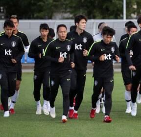 [슬라이드 포토] 훈련 중인 축구대표팀..'마지막까지 최선을'