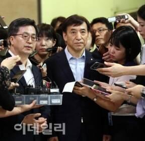 [포토]김동연-이주열, '최저 임금 영향 등 논의'