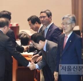[서울포토] 자유한국당 상임위원장 선정..한표부탁!