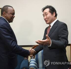 케냐타 케냐 대통령과 대화하는 이낙연 총리