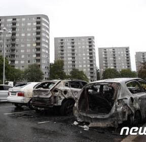 스웨덴 대규모 차량 방화..하룻밤 새 80대 피해