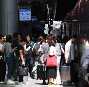 """""""설레는 고향길"""" 추석 연휴 첫날 터미널·도로 귀성행렬"""