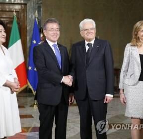 문 대통령, 마테렐라 이탈리아 대통령과 악수