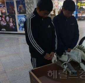 """""""아까운 청춘 어떡해""""..'강서구 PC방 살인' 현장 국화꽃 물결"""