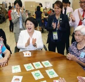 [서울포토] 김정숙 여사, 싱가포르 요양원 노인들과 '웃음꽃 피는 시간'