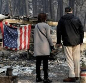 """[서소문사진관]트럼프,  최악의 산불 현장에서 """"너무 슬프다"""""""