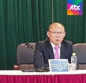 """스즈키컵 우승 박항서 """"난 영웅 아닌 평범한 지도자"""""""