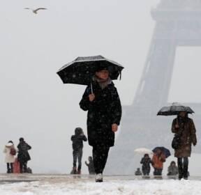 눈 내리는 에펠탑 풍경