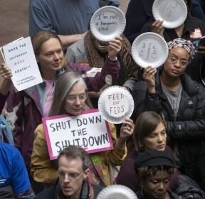 [서소문사진관] 미국 정부 셧다운에 접시 들고 시위하는 연방 공무원