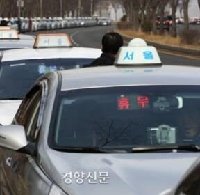 '내 차례는 언제 오나'..택시 미터기 교체 긴 줄 [포토뉴스]