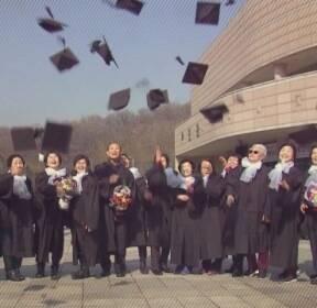 뒤늦게 이룬 꿈..'90대' 초등생들의 '빛나는 졸업장'