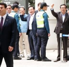 [청계천 옆 사진관]MB 법원 출석 기다렸던 이재오가 건넨 한마디는..