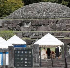 [서소문사진관] 아키히토 일왕, 퇴위 앞두고 히로히토 부왕 묘 참배
