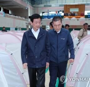 포항 지진 구호소 살펴보는 진영 장관