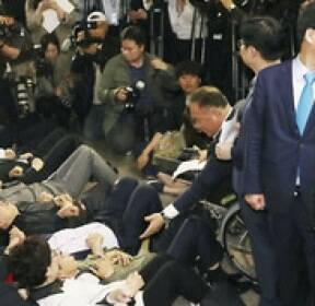 사개특위는 누워서..정개특위는 서서 막는 한국당 의원들