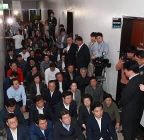 점거 중인 자유한국당 의원과 보좌관들