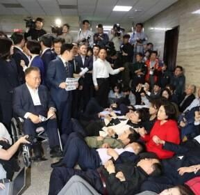 회의실 앞에 드러누워 진입 막는 자유한국당