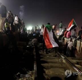 철로 점거한 수단 시위대..권력이양 협상 난항에 총파업 예고