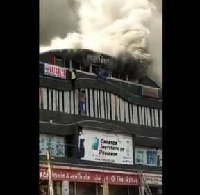 """인도 서부서 4층짜리 건물 화재..""""10대 15명 이상 사망"""""""
